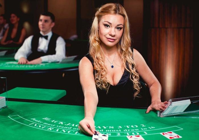 Live casino dealer in actie