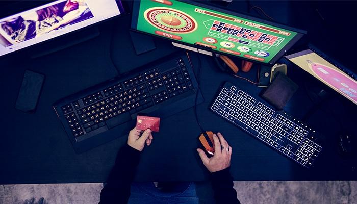 De medewerker gebruikte zijn creditcards om online te gokken