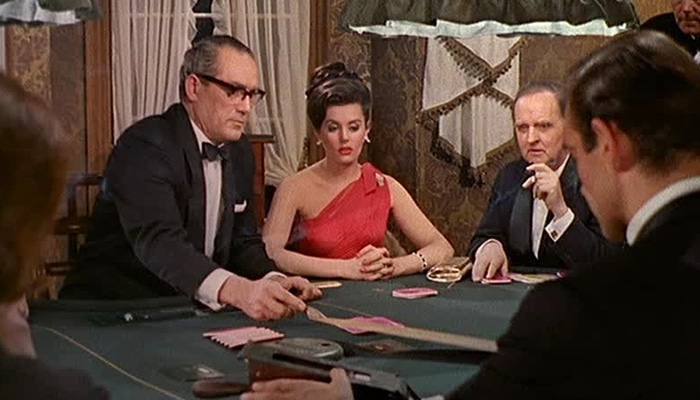 Het originele spel aan een grote tafel werd gespeeld door James Bond